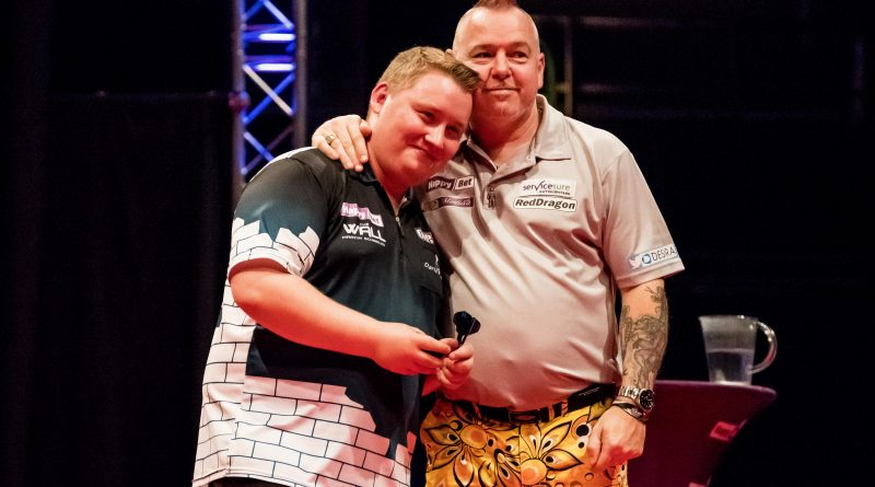 v.l. Deutsche Nachwuchshoffnung MARTIN SCHINDLER verliert 4:6 gegen den Schotten PETER WRIGHT. Happy Bet European Darts Trophy Göttingen 2017, vom 13.10.2017 - 15.10.2017 in der Lokhalle Göttingen. Fotografiert am 14.10.2017.