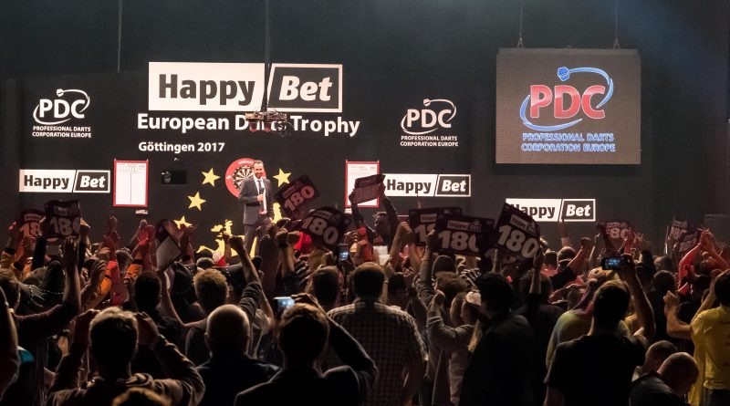 "ELMAR PAULKE auf der Bühne und im Vordergrund die Zuschauer. Mit seinem Auftritt wird die ""Evening Session"" in Göttingen eröffnet. Happy Bet European Darts Trophy Göttingen 2017, vom 13.10.2017 - 15.10.2017 in der Lokhalle Göttingen. Fotografiert am 13.10.2017."